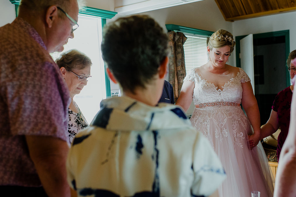 bride prays with family lily lake resort